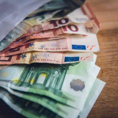 Dollár és Euró a hintó előtt